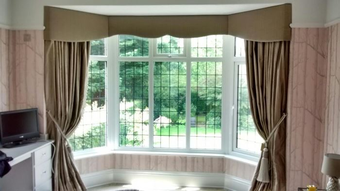 Cool and sophisticated shaped bay window pelmet and curtains
