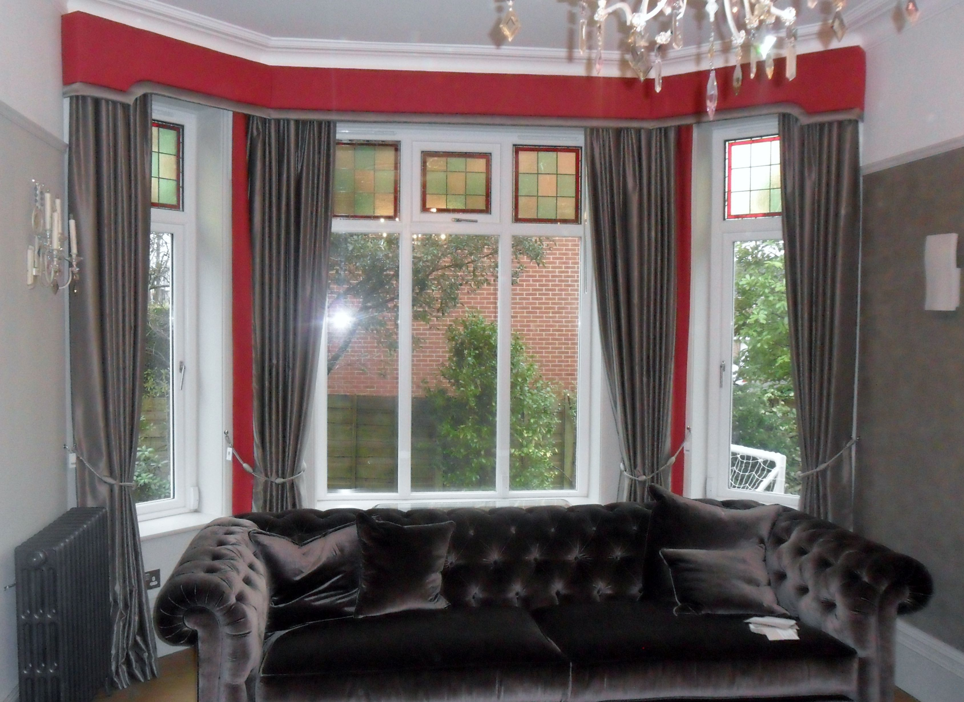 Elegant bay window pelmet with shaped ends and contrasting border. These work really well with the coordinating curtains.
